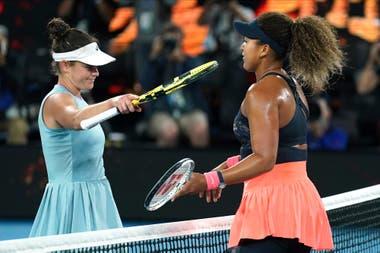 Naomi Osaka es felicitada por Jennifer Brady después de ganar la final en Melbourne.