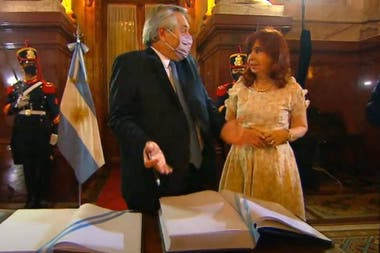 Antes de firmar los libros de actas de las dos cámaras como indica el protocolo, el presidente creyó que la vicepresidenta también debía estampar su firma