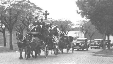 Parte de un cortejo fúnebre camino al Cementerio de Chacarita, en 1930