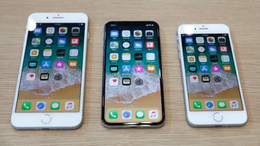 Un iPhone X flanqueado por un iPhone 8 Plus y un iPhone 8