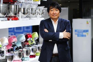 Ascenso - crisis y oportunidad: el coreano Do Sun Choi llegó en los 70 sin plata y sin hablar español y hoy es el dueño de la empresa de electrodomésticos Peabody