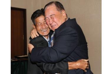 Los hermanos Ham Sung-chan de 93 años, abraza a su hermano Ham Dong Chan de 79, y se funden en un emotivo abrazo