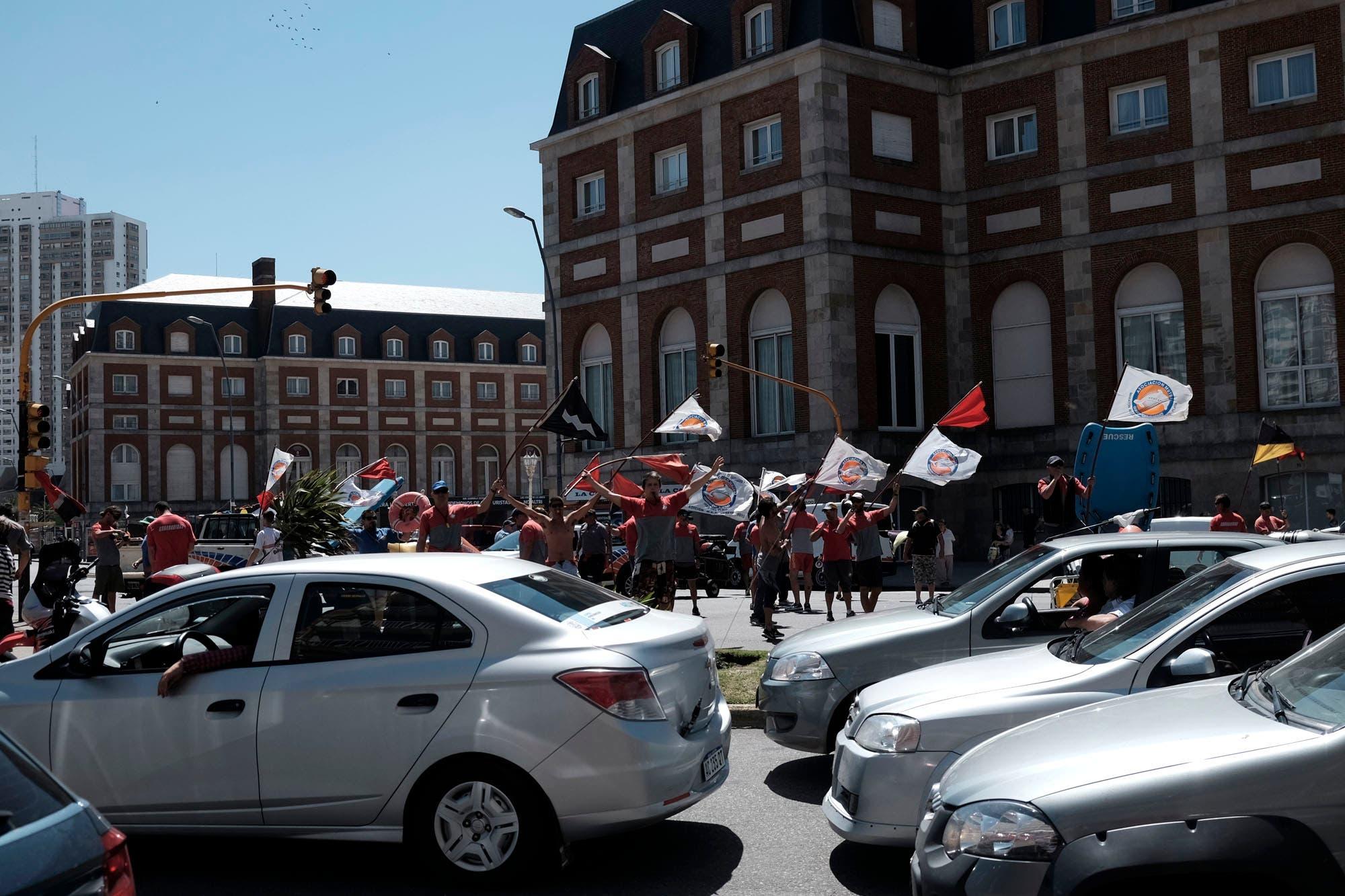 Mar del Plata: protesta de guardavidas en la Rambla por perdida de puestos