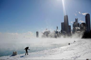 La orilla del lago Michigan hoy a la mañana, con los rascacielos de Chicago en el fondo