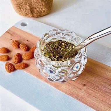 El mate de vidrio acompaña la sofisticación de algunas yerbas, compuestas con ingredientes que ameritan ser observados