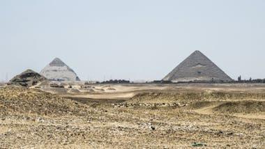El complejo arqueológico de Dahshur incluye la Pirámide Roja (derecha) y la Pirámide Acodada (segunda desde la izquierda).