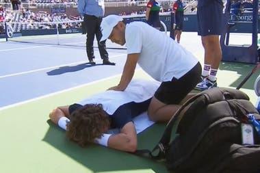 Marco Trungelliti recibió la asistencia del fisioterapeuta en la espalda; pocos games después, el argentino se retiraría del match
