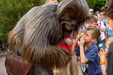 Los personajes más famosos de la saga, como Chewbacca y los droides, interactúan con los visitantes durante el recorrido de Star Wars: Galaxy's Edge