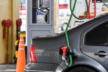 Por 90 días, el Gobierno estableció un congelamiento de precios de las naftas y solo la Secretaría de Energía puede fijar los valores