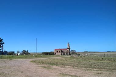 La soledad de la iglesia en la Pampa