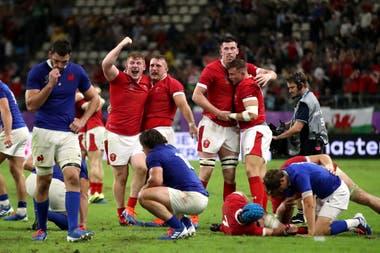Las dos caras del deporte: celebra Gales una victoria que sufre Francia.