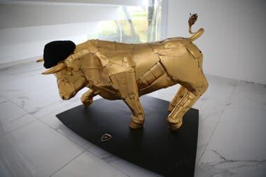 Una escultura de un toro, con una boina negra, realizada por el artista Arbiza Brianza con pedazos de una Lamborghini