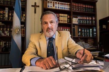 Para el juez Villafuerte Ruzo, Carlitos Menem murió porque piloteó el helicóptero como jamás debió pilotearlo: a baja altura, sobre el cantero de tierra que separa los carriles de la ruta 9