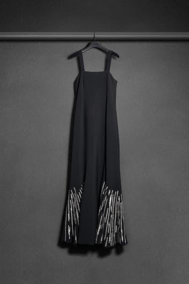 Vestido largo semientallado con recortes en falda y aplicación de volados de la colección Amor otoño-invierno 2020