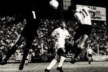 """Gol de Juan Ramón """"Bruja"""" Verón a Santos en 1 y 57; en un partido oficial, Estudiantes derrotó por 3-1 al equipo de Pelé."""