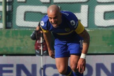 Santiago Silva, en otro de sus típicos festejos con la camiseta de Boca, de donde debió irse, según él mismo confesó, por discrepancias con Juan Román Riquelme.
