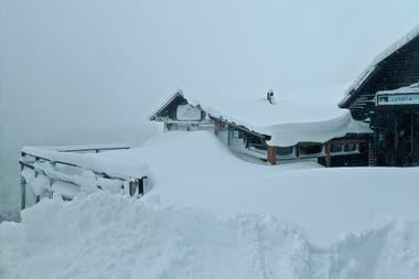 La nieve tapó todo en el Cerro Bayo, con niveles récord.