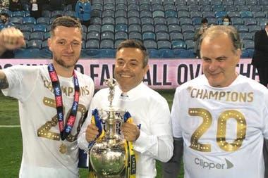 Liam Cooper, el capitán del equipo, Radrizzani y Bielsa, el día de la celebración del ascenso de Leeds a la Premier League, en julio.