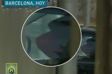 Las imágenes de la TV española del ingreso de Suárez a la casa de Messi