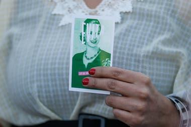 Una persona sostiene un retrato de Eva Perón durante una manifestación en Buenos Aires, la capital de Argentina.