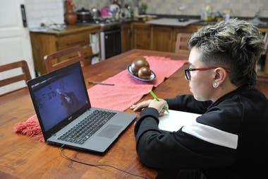 Jeremías, en cuarto año del colegio secundario, utiliza el canal de YouTube de su profesora de matemáticas
