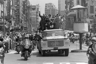 La gente se agolpa en la avenida Corrientes para saludar el paso del campeón mundial Carlos Monzón, el el 14 de noviembre de 1970
