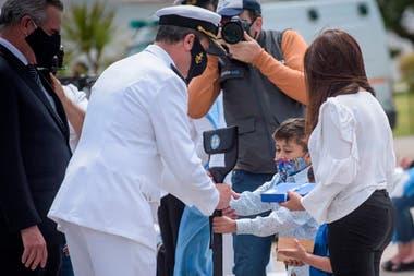 Padres, esposas e hijos de los marinos fallecidos en el ARA San Juan participaron de las ceremonias que se realizaron dentro y fuera de la Base Naval Mar del Plata, a tres años del naufragio