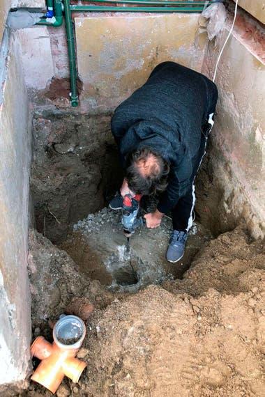 El lugar exacto donde se halló la lápida. El albañil, luego de los trabajos de remoción, continuó con su trabajo