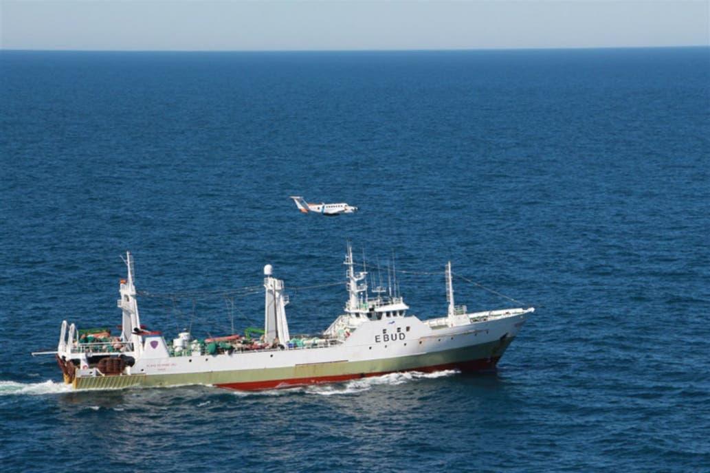 El momento de la captura del buque español pescando ilegalmente en la zona económica exclusiva