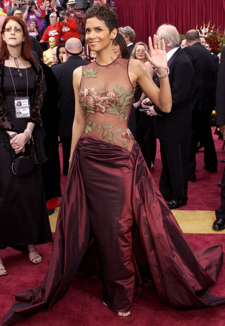 Dramático, como todos los sucesos de la noche de 2002: Halle Berry hizo historia y se alzó con la estatuilla vestida por un joven diseñador de 18 años oriundo del Libano, Elie Saab