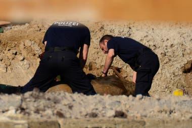 Expertos de la policía alemana trabajan para remover el artefacto del lugar