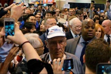 Muchos hicieron fila desde la madrugada para conseguir un buen puesto para escuchar a Buffett