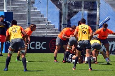 El ruck de Jaguares, durante la práctica en Vélez