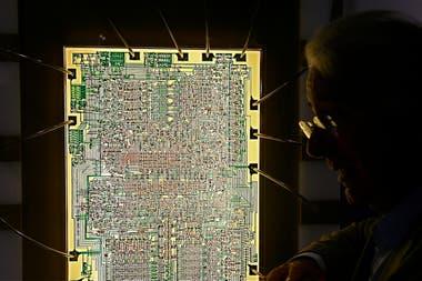 Federico Faggin, el ingeniero detrás del desarrollo del chip Intel 4004, posa con el diseño utilizado por la calculadora de la extinta compañía japonesa Busicom