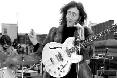 Por el frío, Lennon le pidió el abrigo a Yoko Ono para tocar. Starr hizo lo mismo con su mujer
