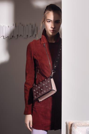 Falda de gamuza (Giesso), chaqueta con cierre cruzado, minibag con tachas (Blaquè).