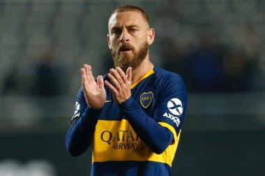 De Rossi devuelve los aplausos a los hinchas, después de su debut con gol y derrota en Boca.