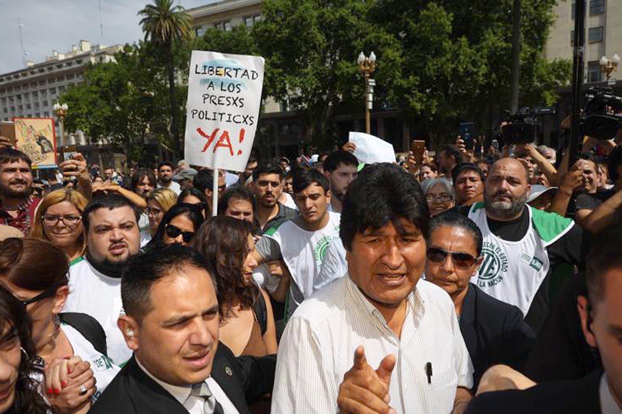 Incidentes en Plaza de Mayo durante la llegada de Evo Morales a la marcha de las Madres