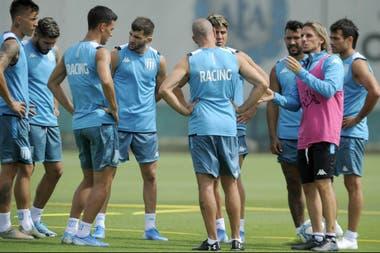 El plantel de Racing, en un entrenamiento. Se estima que los clubes vuelvan a practicar el 25 de mayo.
