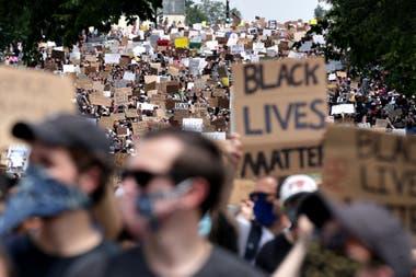 Miles de manifestantes avanzan sobre Capitoll Hill durante la protesta contra la violencia policial