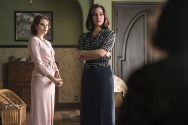 Valentina Zenere junto a Blanca Suárez, en una escena de la última temporada de Las chicas del cable