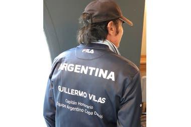 Guillermo Vilas, en Montecarlo, con su campera del equipo argentino de Copa Davis.