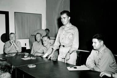 El Coronel Paul W. Tibbets, piloto del B-29 Enola Gay que arrojó la bomba atómica sobre Hiroshima, describe el vuelo durante una conferencia de prensa en Strategic Cuartel general de la Fuerza Aérea en Guam, un día después del bombardeo atómico