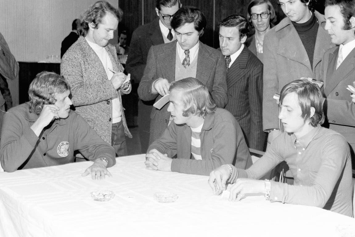 Johan Cruyff (4 de septiembre de 1970): antes de la final Intercontinental que empataron 1-1 en la Doble Visera, los futbolistas de Ajax reciben a la prensa mientras juegan a las cartas; Piet Keizer, Johan Neeskens y Cruyff en la concentración en el hotel Sheraton