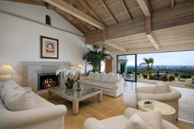 La mansión ofrece vistas al centro de la ciudad, el océano y las montañas de Santa Mónica