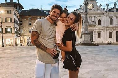 Los De Paul: Rodrigo, Camila y la pequeña Francesca, que en enero cumplirá dos años.