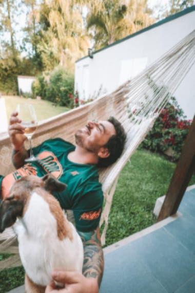 La hamaca paraguaya es otro de los rincones del jardín que disfruta el actor
