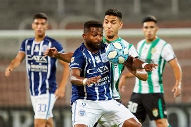Santiago Morro García, en acción, en una escena del empate entre Banfield y Godoy Cruz, del torneo pasado.