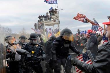 Los partidarios de Trump se enfrentan a la policía y a las fuerzas de seguridad en las afueras del Capitolio