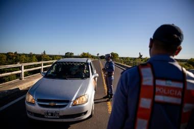 Personas varadas en la frontera entre Chaco y Formosa